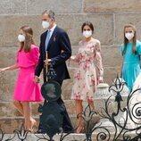 Los Reyes Felipe y Letizia, la Princesa Leonor y la Infanta Sofía saliendo de la Catedral de Santiago