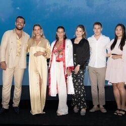 Estefanía de Mónaco con sus hijos y sus respectivas parejas en la gala solidaria contra el SIDA