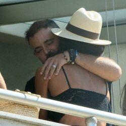 David Flores y Olga Moreno se abrazan con cariño en el hotel