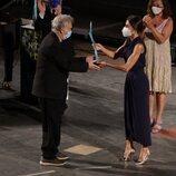 La Reina Letizia entrega un premio a Stephen Frears en la clausura del Atlàntida Mallorca Film Fest 2021