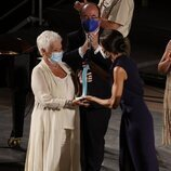La Reina Letizia entrega un premio a Judi Dench en la clausura del Atlàntida Mallorca Film Fest 2021