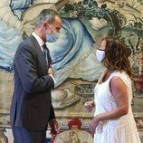 El Rey Felipe y Francina Armengol se saludan en la audiencia a las autoridades de Baleares