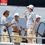 El Rey Felipe bebe agua en el primer día de regatas de la Copa del Rey de Vela 2021