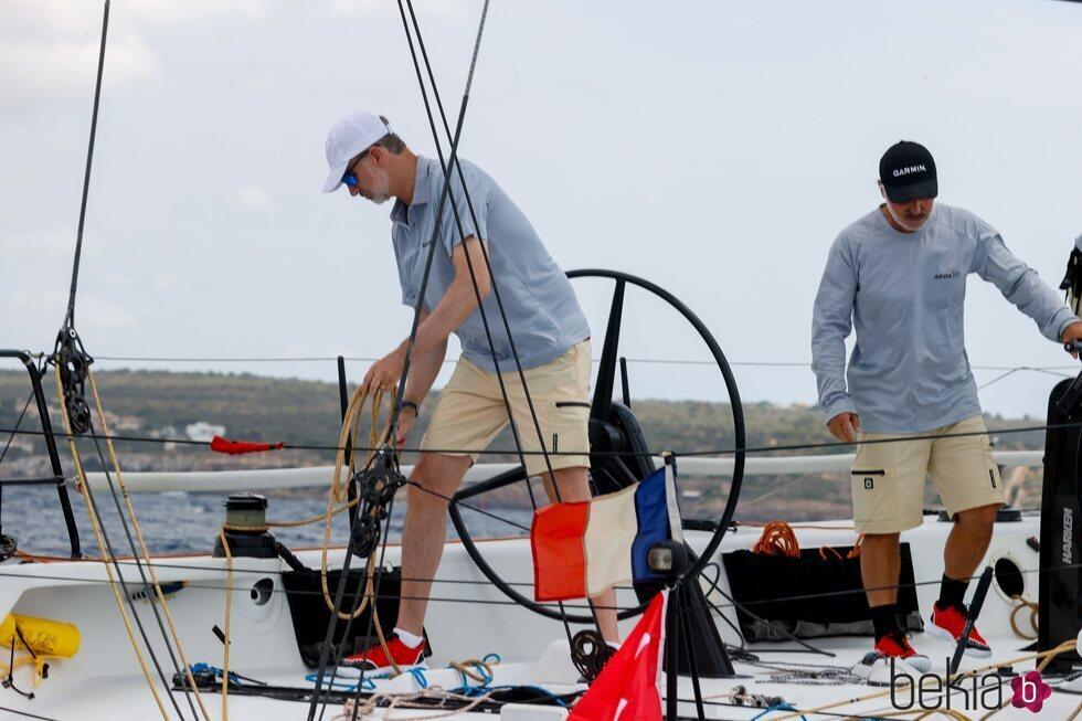 El Rey Felipe regateando en el primer día de regatas de la Copa del Rey de Vela 2021