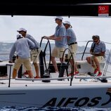 El Rey Felipe patroneando el Aifos en el primer día de regatas de la Copa del Rey de Vela 2021