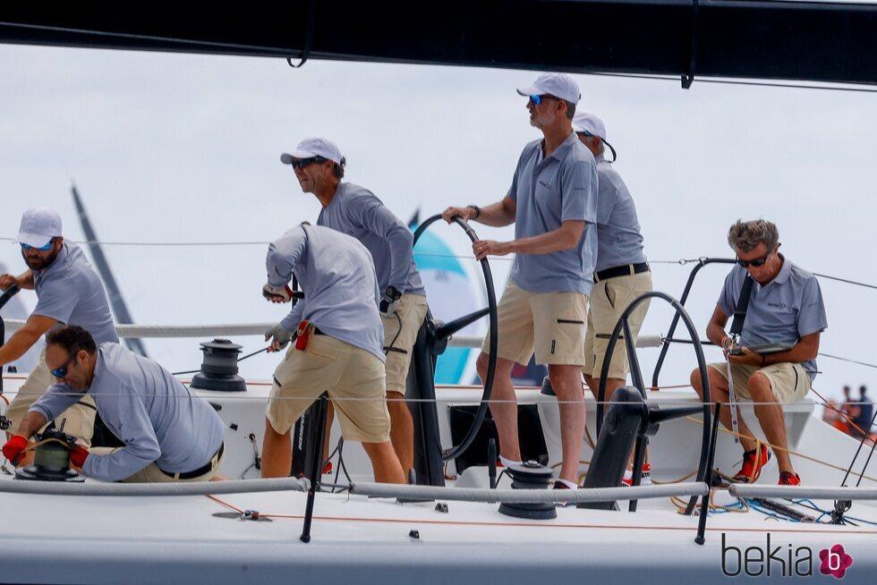 El Rey Felipe llevando el timón del Aifos en el primer día de regatas de la Copa del Rey de Vela 2021
