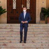 El Rey Felipe en las escaleras de Marivent antes de recibir a Pedro Sánchez