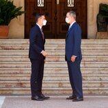 El Rey Felipe y Pedro Sánchez se saludan antes de dar comienzo a su despacho en Marivent