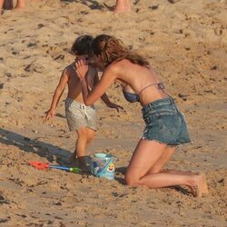 Eva González abrazando a su hijo en las playas de Cádiz