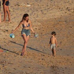 Eva González con su hijo en las playas de Cádiz
