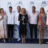Norma Duval con toda su familia tras recibir el premio Mallorquina del Verano 2021