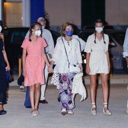 Los Reyes Felipe y Letizia, la Princesa Leonor, la Infanta Sofía y la Reina Sofía dando un paseo por Palma en sus vacaciones de verano 2021