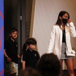 Antonella Roccuzzo y sus hijos en la despedida de Leo Messi del Barça