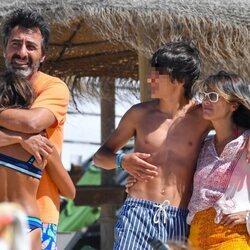 Nuria Roca y Juan del Val de vacaciones con sus hijos en Cádiz