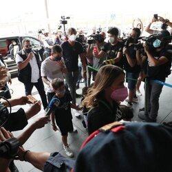 Leo Messi llegando con su familia a París