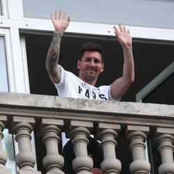 Leo Messi saludando desde un hotel de París