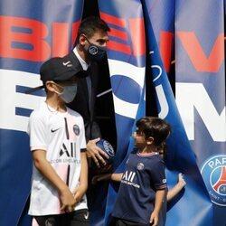 Leo Messi con sus tres hijos en su presentación en el PSG