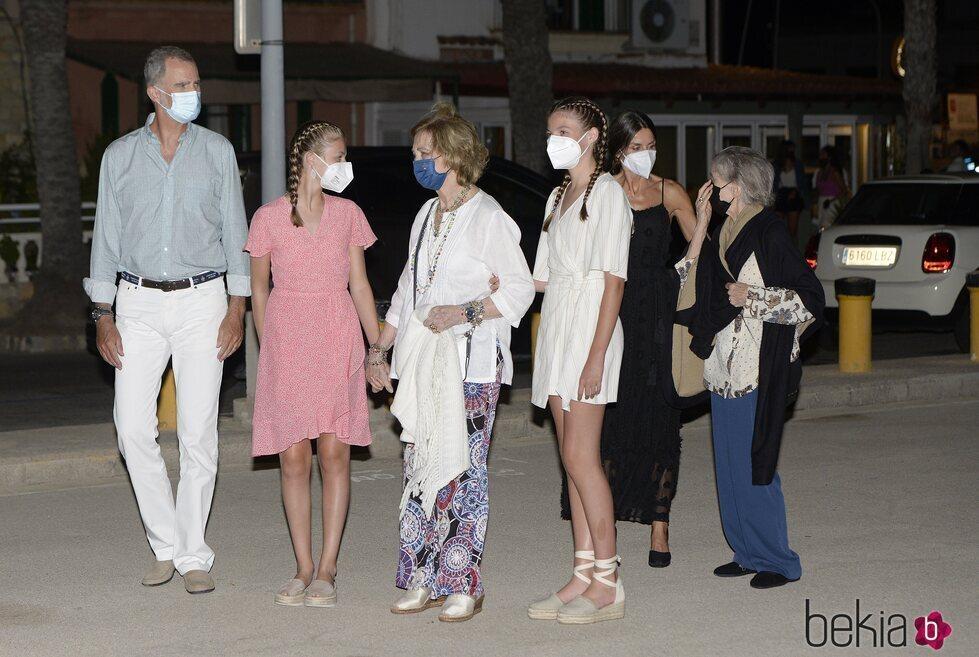 Los Reyes Felipe y Letizia, sus hijas, la Reina Sofía e Irene de Grecia en Palma en sus vacaciones de 2021