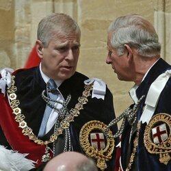 El Príncipe Carlos y el Príncipe Andrés hablando en la procesión de la Orden de la Jarretera