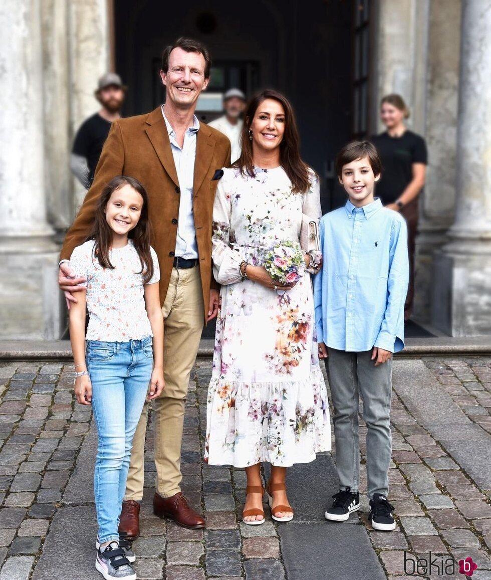 Joaquín y Marie de Dinamarca y sus hijos Enrique y Athena de Dinamarca en el teatro en Copenhague