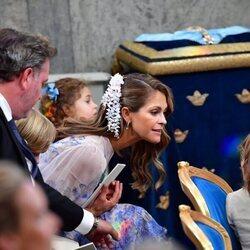 Magdalena de Suecia habla con Alejandro de Suecia en el bautizo de Julian de Suecia