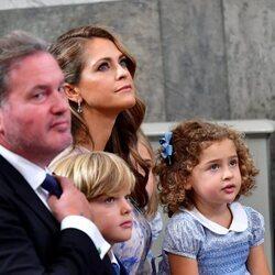 Magdalena de Suecia y Chris O'Neill, Nicolás y Adrienne de Suecia en el bautizo de Julian de Suecia