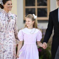 Victoria y Daniel de Suecia con su hija Estela de Suecia en el bautizo de Julian de Suecia
