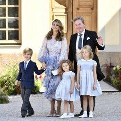 Magdalena de Suecia y Chris O'Neill con sus hijos Leonor, Nicolás y Adrienne en el bautizo de Julian de Suecia