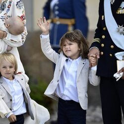 Alejandro y Gabriel de Suecia tras el bautizo de Julian de Suecia