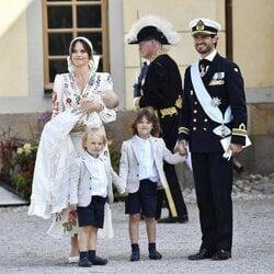 Carlos Felipe y Sofia de Suecia y sus hijos Alejandro, Gabriel y Julian de Suecia en el bautizo de Julian de Suecia