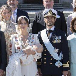 Carlos Felipe de Suecia y Sofia Hellqvist con su hijo Julian de Suecia en su bautizo