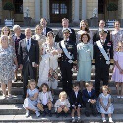 La Familia Real Sueca y la familia de Sofia de Suecia en el bautizo de Julian de Suecia
