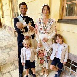 Carlos Felipe y Sofia de Suecia posan con sus hijos Alejandro, Gabriel y Julian en el bautizo de Julian de Suecia