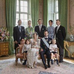 Foto oficial de Julian de Suecia con sus padres, hermanos y padrinos en su bautizo