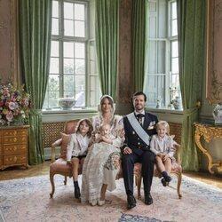 Foto oficial de Carlos Felipe y Sofia de Suecia y sus hijos Alejandro, Gabriel y Julian de Suecia en el bautizo de Julian de Suecia