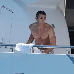 Jesús Vázquez a bordo de un barco en Ibiza