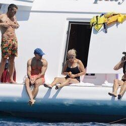 Jesús Vázquez con su marido y amigas en un barco en Ibiza