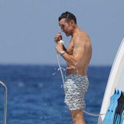 Jesús Vázquez se ducha en un barco en Ibiza