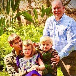 El Príncipe Alberto de Mónaco y Charlene de Mónaco posan junto a sus hijos en su reencuentro