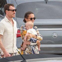 Alicia Vikander y Michael Fassbender con su hijo en Ibiza