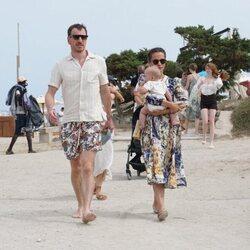 Michael Fassbender y Alicia Vikander en Ibiza con su hijo