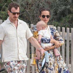 Alicia Vikander, con su hijo en brazos en Ibiza con Michael Fassbender
