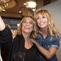 Toñi Moreno y Emma García se hacen un selfie en el estreno de la obra de teatro 'El humor de mi vida'