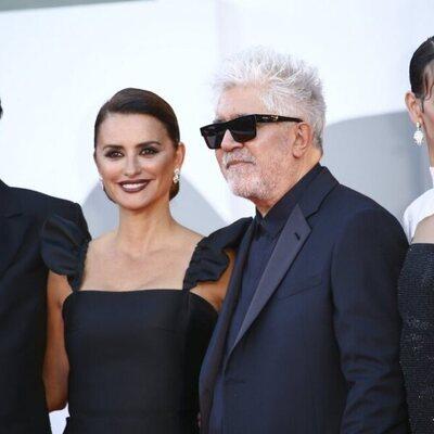 Israel Elejalde, Penélope Cruz, Pedro Almodóvar y Milena Smit en la premiere de 'Madres paralelas' en el Festival de Venecia 2021