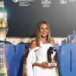 Ana Obregón con su reconocimiento en el FesTVal de Vitoria 2021
