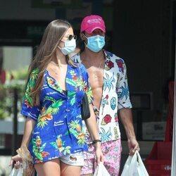Mario Casas y Desiré Cordero saliendo de un supermercado