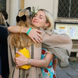 Ekaterina de Hannover y Beatrice Borromeo se abrazan en la boda de María Anunciata de Liechtenstein y Emanuele Musini