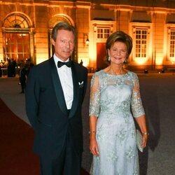 Enrique de Luxemburgo y Margarita de Luxemburgo en la boda de María Anunciata de Liechtenstein y Emanuele Musini