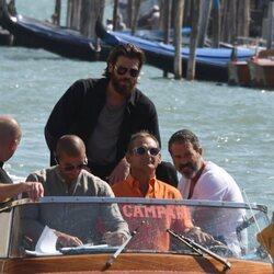 Can Yaman disfrutando de un paseo en lancha por Venecia