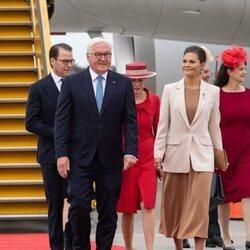Victoria y Daniel de Suecia en la recepción al Presidente de Alemania y a su esposa en el aeropuerto de Arlanda